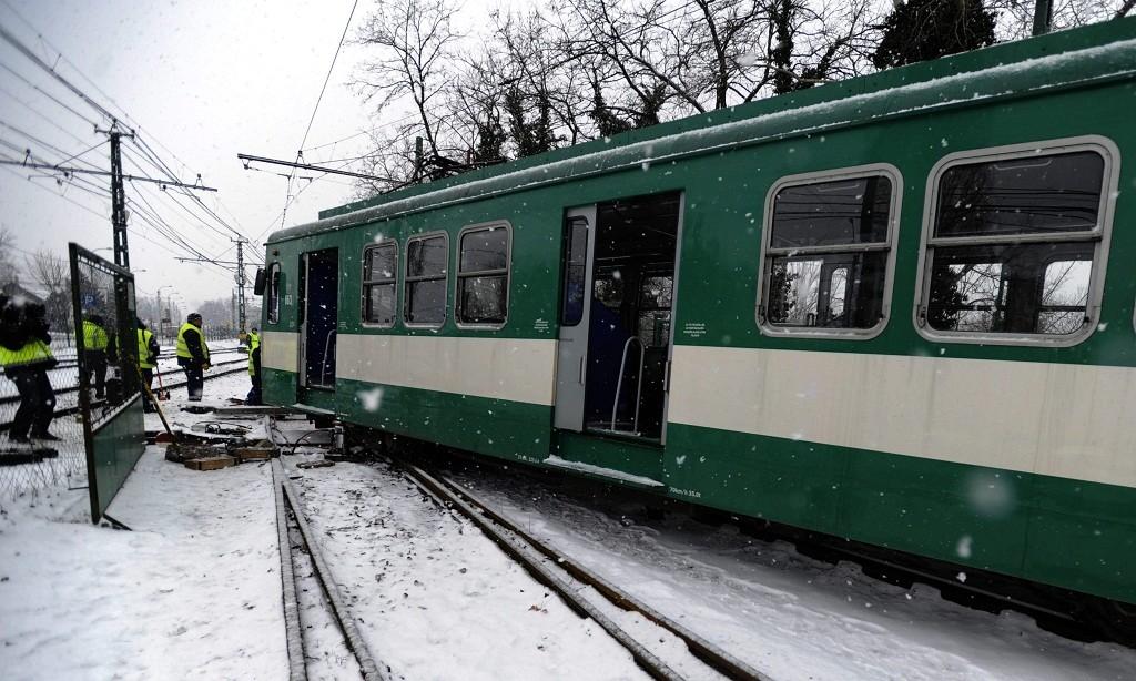 Dunaharaszti, 2016. január 6. A H6-os HÉV kisiklott szerelvényének visszaemelésén dolgoznak a BKK szakemberei Dunaharasztinál 2016. január 6-án. A balesetnél személy sérülés nem történt. MTI Fotó: Mihádák Zoltán