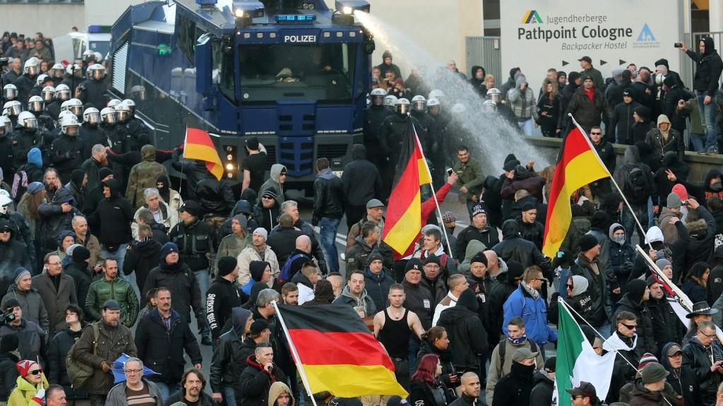 Köln, 2016. január 9. A Hazafias Európaiak a Nyugat Iszlamizálódása Ellen, a PEGIDA német mozgalom tüntetõit rendõrök kísérik a kölni fõpályaudvar felé 2016. január 9-én. A szilveszter éjszaka a kölni fõpályaudvarnál nõk ellen elkövetett támadásokkal kapcsolatban több csoport is tüntetést hirdetett erre a napra a német városban. (MTI/EPA/Roland Weihrauch)