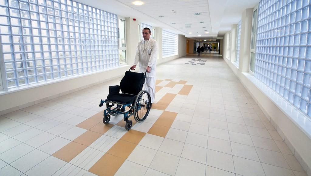 Gyõr, 2013. február 28. Egy dolgozó kerekesszéket tol a gyõri Petz Aladár Megyei Oktató Kórház újonnan épült épületszárnyának folyosóján 2013. február 28-án. A 11 milliárd forint értékû fejlesztés uniós és hazai forrásból valósult meg. MTI Fotó: Krizsán Csaba
