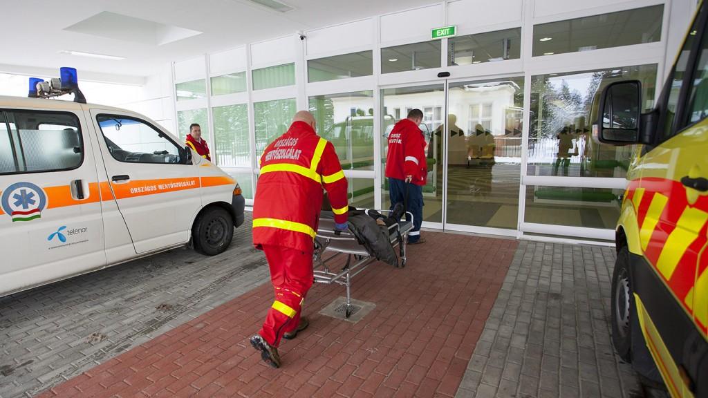 Nagykanizsa, 2014. január 27.A mentők beteget hoznak a Kanizsai Dorottya Kórház új épületébe Nagykanizsán 2014. január 27-én. Az épületszárnyban a sürgősségi osztály, a korszerűsített patológiai és a mikrobiológiai osztály kapott helyet.MTI Fotó: Varga György