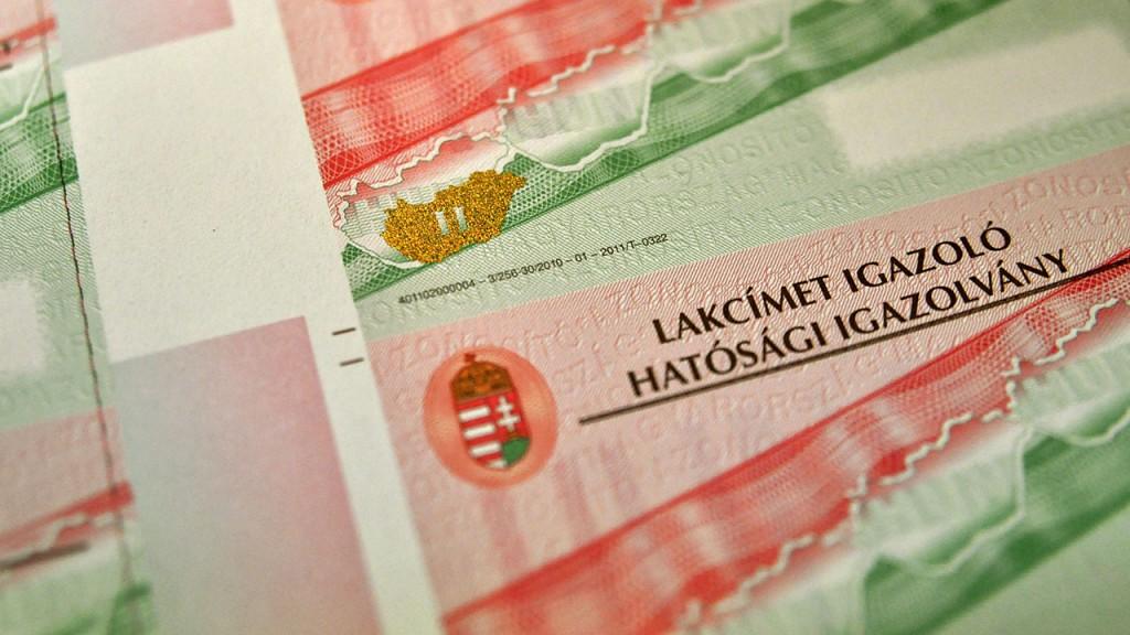 Budapest, 2012. március 9.Lakcímet igazoló hatósági igazolványok (személyi azonosítót igazoló hatósági igazolványok) új grafikával és Magyarország felirattal a Pénzjegynyomdában.MTI Fotó: Pénzjegynyomda