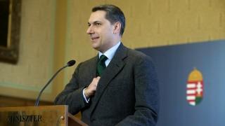 Budapest, 2016. január 14.Lázár János, a Miniszterelnökséget vezető miniszter sajtótájékoztatót tart az Országházban 2016. január 14-én. A kormány és a főváros közötti tárgyalások megegyezéssel lezárhatók: az állam átveszi az agglomerációs közlekedés működtetését és kész a HÉV átvételére is - mondta a miniszter.MTI Fotó: Koszticsák Szilárd