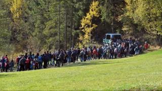 Wegscheid, 2015. október 28. Bevándorlók mennek egy rendõrségi jármû vezetésével, miután átkeltek az osztrák-német határon a Passau közelében fekvõ Wegschiednél 2015. október 28-án. (MTI/AP/Kerstin Jönsson)