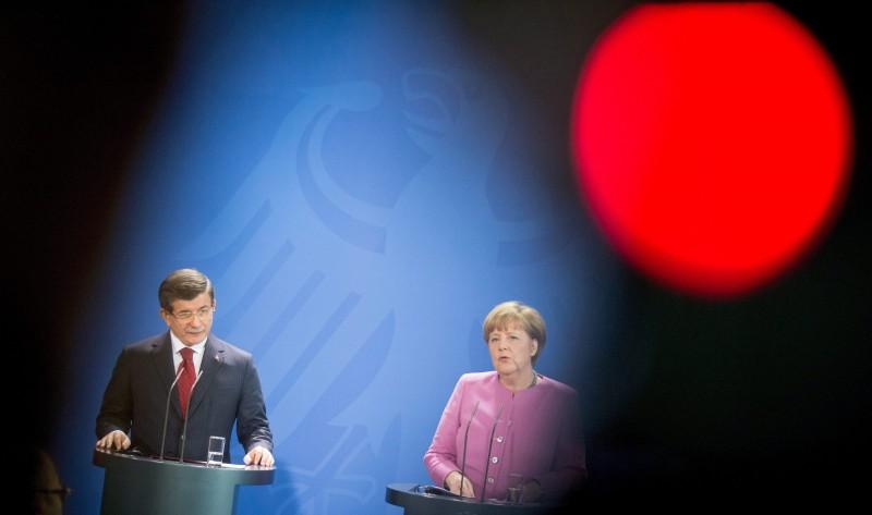 Berlin, 2016. január 22. Angela Merkel német kancellár (j) és Ahmet Davutoglu török kormányfõ sajtótájékoztatót tart a berlini kancellári hivatalban 2016. január 22-én. (MTI/EPA/EPA/Kay Nietfeld)