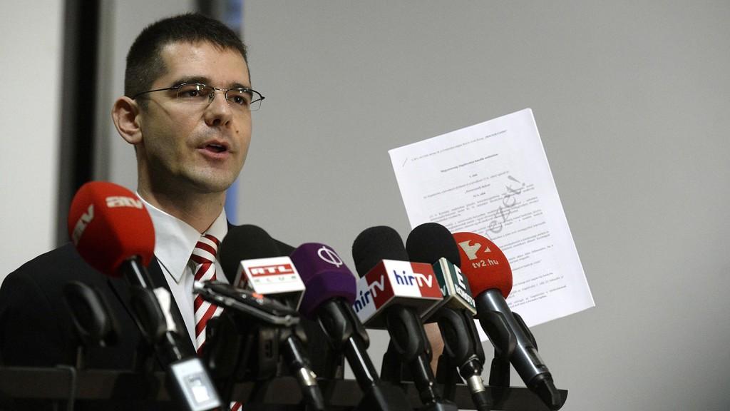 Budapest, 2016. január 12.Novák Előd, a Jobbik alelnöke nyilatkozik a honvédelmi miniszter által kezdeményezett ötpárti egyeztetést követően a Honvédelmi Minisztérium aulájában 2016. január 12-én. A tárgyaláson a két kormánypárt mellett a Jobbik és az LMP képviseltette magát, az MSZP nem vett részt rajta. Alkotmánymódosítást javasol a kormány, hogy önálló tényállás legyen az alaptörvényben a terrorveszélyhelyzet.MTI Fotó: Bruzák Noémi