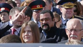 Moszkva, 2015. május 9. Steven Seagal amerikai színész (k) a gyõzelem napi katonai parádén Moszkvában 2015. május 9-én. Európában 1945. május 9-én ért véget a második világháború. (MTI/EPA/Szergej Ilnyickij)