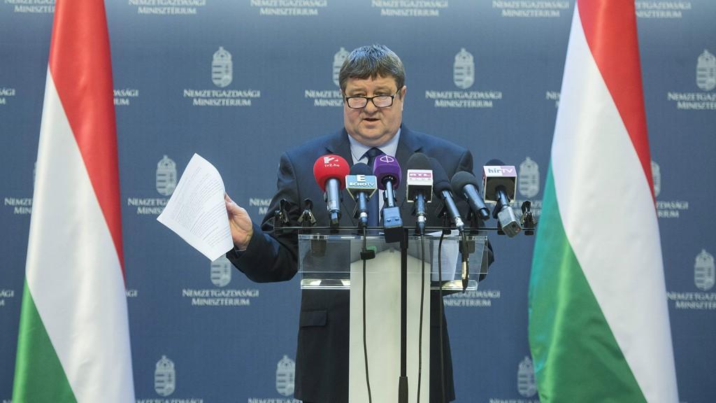 Budapest, 2016. január 22.Tállai András, a Nemzetgazdasági Minisztérium parlamenti és adóügyekért felelős államtitkára sajtótájékoztatót tart Magyarországon minden személyszállítási szolgáltatás után adózni kell címmel a Nemzetgazdasági Minisztériumban 2016. január 22-én. Az államtitkár bejelentette, hogy a Nemzeti Adó- és Vámhivatal (NAV) január 22-től zéró toleranciát alkalmaz az uberesekkel szemben.MTI Fotó: Illyés Tibor