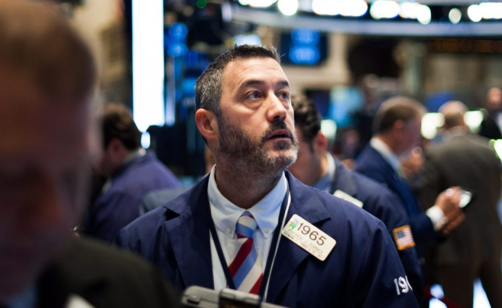 New York, 2015. március 19. Kereskedõk dolgoznak a New York-i Értéktõzsdén 2015. március 19-én. A 30 vezetõ iparvállalat Dow Jones indexe 0,03 százalékkal csökkent nyitáskor. (MTI/EPA/Justin Lane)