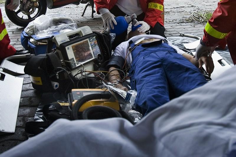 Budapest, 2010. június 1.Bemutatót tartanak az Országos Mentőszolgálat mentősei, amikor  a defibrillátorral és újraélesztő készülékkel felszerelt mentőrobogó áll szolgálatba a Római-parton. A nyári szezonban különösen forgalmas, nehezen megközelíthető partra baj esetén eddig Csillaghegyről indult a mentőautó. A kitelepített mentőrobogó, amelyen szakképzett mentőápoló teljesít szolgálatot, állomáshelye a Római-parti Lidó Hotelben lesz.MTI Fotó: Szigetváry Zsolt