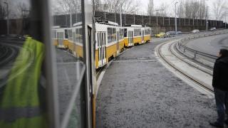 Budapest, 2015. január 26.Egy Tatra villamos közlekedik a budapesti Rákóczi híd budai hídfőjénél 2015. január 26-án. Először ment át próbaúton villamos a Rákóczi hídon, egy Tatra, egy Combino és egy motoros fedett teherkocsi típusú villamossal is tesztelték az 1-es villamos pályáját. Volt, hogy a híd mindkét villamospályáján haladt egy-egy szerelvény.MTI Fotó: Mihádák Zoltán