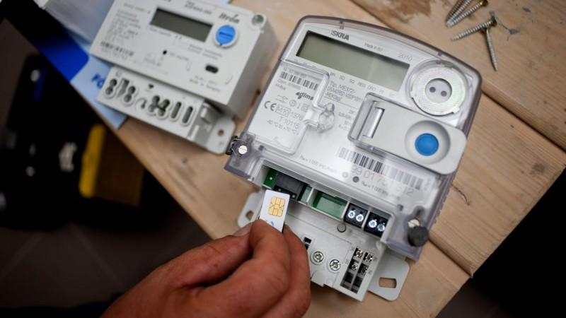 Budapest, 2012. június 22. Az ELMÛ munkatársa SIM kártyát helyez egy intelligens mérõórába Budapesten, egy XV. kerületi társasházban. A villamosenergia-elosztók több mint tízezer intelligens mérõórát szerelnek fel idén Magyarországon, amelyek GSM hálózaton kommunikálnak a központtal. Így egyszerûbb a leolvasás, számlázás, és a fogyasztók áramfelhasználásának monitorozása, kiértékelése. MTI Fotó: Marjai János