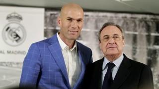 Madrid, 2016. január 4. Florentino Pérez, a spanyol Real Madrid labdarúgóklub elnöke (J) bemutatja a csapat új vezetõedzõjét, a francia Zinedine Zidane-t, a klub korábbi játékosát a madridi Santiago Bernabeu Stadionban 2016. január 4-én. Zinedine Zidane a nap folyamán menesztett Rafael Benítezt váltja. (MTI/EPA/Victor Lerena)