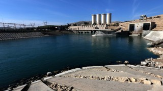 A picture taken on February 1, 2016, shows the Mosul Dam on the Tigris River, around 50 kilometres north of the Iraqi city of Mosul. The United States is monitoring Iraq's largest dam for signs of further deterioration that could point to an impending catastrophic collapse, US army officers said on January 28, 2016. The Islamic State (IS) jihadist group seized the Mosul Dam briefly in 2014, leading to a lapse in maintenance that weakened an already flawed structure, and Baghdad is seeking a company to make repairs. / AFP / SAFIN HAMED