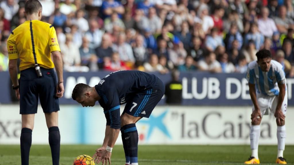 Real Madrid's Portuguese forward Cristiano Ronaldo (C) prepares the ball to shoot a penalty during the Spanish league football match Malaga CF vs Real Madrid CF at La Rosaleda stadium in Malaga on February 21, 2016. / AFP / JORGE GUERRERO