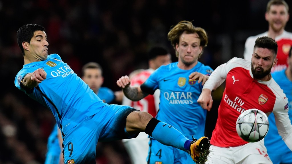 Barcelona's Uruguayan forward Luis Suarez (L) vies with Arsenal's French striker Olivier Giroud during the UEFA Champions League round of 16 1st leg football match between Arsenal and Barcelona at the Emirates Stadium in London on February 23, 2016.   / AFP / JAVIER SORIANO