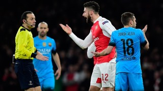Arsenal's French striker Olivier Giroud (C) gestures as he speaks to Turkish referee Cuneyt Cakir (L) following a challenge by Barcelona's defender Jordi Alba during the UEFA Champions League round of 16 1st leg football match between Arsenal and Barcelona at the Emirates Stadium in London on February 23, 2016.   / AFP / JAVIER SORIANO