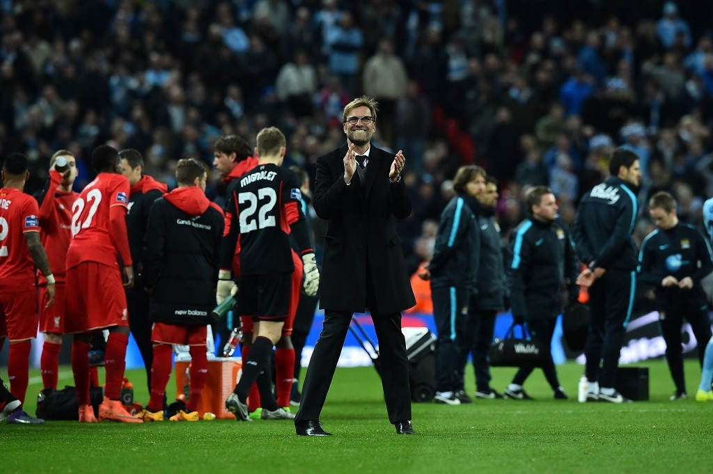 Liverpool's German manager Jurgen Klopp (C) reacts on the pitch as the players prepare for the penalty shoot-out during the English League Cup final football match between Liverpool and Manchester City at Wembley Stadium in London on February 28, 2016. / AFP / BEN STANSALL / RESTRICTED TO EDITORIAL USE. No use with unauthorized audio, video, data, fixture lists, club/league logos or 'live' services. Online in-match use limited to 75 images, no video emulation. No use in betting, games or single club/league/player publications.  /