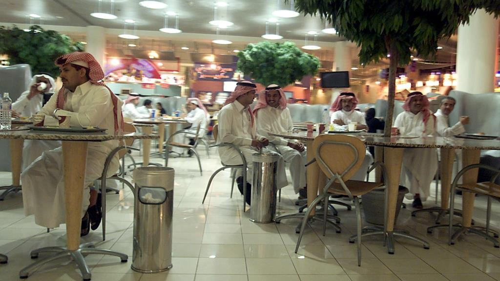 Saudi men gather a Starbucks Cafe in a shopping mall in Riyadh 07 June 2004. A threat bearing the hallmarks of the Al-Qaeda terror network and vowing to attack Western airlines may be designed to create fear but inevitably recalls the 9/11 suicide hijackings at a time when Islamic militants are striking at the heart of Saudi Arabia. An Islamist website published a statement 07 June in the name of Al-Qaeda threatening to attack Western airlines and sites frequented by Westerners in the Arabian peninsula.      AFP PHOTO/Bilal QABALAN / AFP / BILAL QABALAN