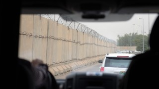 """Vehicles drive past long concrete walls in the so-called """"Green Zone"""" in Baghdad, Iraq, 26 October 2015. German Defence Minister Ursula von der Leyen (CDU) is on a 3-day visit to Iraq. PHOTO: RAINER JENSEN/DPA"""