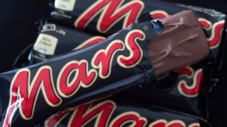 Mars chocolate bars laid out on a table in Duesseldorf, Germany, 23 February 2016. Photo:FEDERICOGAMBARINI/dpa