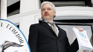 """London, 2016. február 5. Julian Assange, a WikiLeaks oknyomozó internetes portál ausztrál alapítója egy ENSZ-emblémás dokumentumot mutat Ecuador londoni nagykövetségének erkélyén 2016. február 5-én. Ezen a napon az ENSZ önkényes fogva tartással foglakozó munkacsoportja azt közölte, hogy Assange-t három éve """"önkényesen tartják fogva"""" a követségen, és ezért Nagy-Britannia és Svédország kárpótlással tartozik neki. (MTI/AP/PA/Yui Mok)"""
