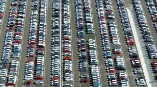 Esztergom, 2011. október 1. Személygépkocsik sorakoznak az esztergomi Suzuki autógyár udvarán. MTI Fotó: H. Szabó Sándor