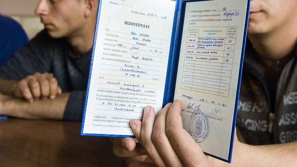 Vasmegyer, 2009. április 9.Bódi József (b) és testvére Bódi Sándor lemezlakatos szakmára átképzett roma származású munkanélküliek oklevéleik átvétele után a Szabolcs-Szatmár-Bereg megyei Vasmegyer művelődési házában. Az Esélyek Háza Nyíregyháza Szabolcs-Szatmár-Bereg Megyei Esélyegyenlőségi Koordinációs Irodája kistérségi romareferense, Horváth József által szervezett, a Munkaügyi Központ által támogatott lemezlakatos képzésen tizenkilenc nyolc osztályt végzett munkanélküli kapott oklevelet tíz hónap tanulás után a szakmából. Közülük öten a közeljövőben már munkába is állnak Nyíregyházán.MTI Fotó: Balázs Attila
