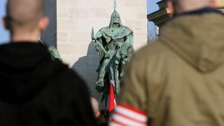 Budapest, 2008. február 9.Mintegy kétezer, fekete ruhát viselő bőrfejű gyűlt össze a budapesti Hősök terén az úgynevezett becsületnapi megemlékezésre. A rendezvényt a korábban feloszlatott Vér és Becsület elnevezésű szervezet egyik vezetője jelentette be a rendőrségen. A résztvevők megemlékeznek 1945. február 11-éről, amikor a magyar és német katonák Budapest ostromának végén kitörtek a budai várból.MTI Fotó: Bruzák Noémi