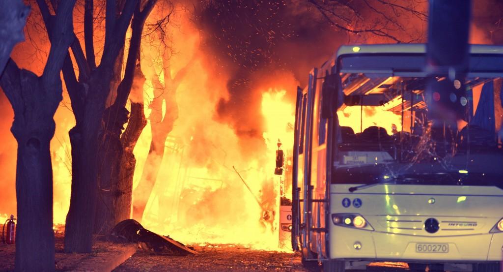 Ankara, 2016. február 17. Lángoló autóbuszok az ankarai kormánynegyed közelében elkövetett robbantás helyszínén 2016. február 17-én. A támadásban legkevesebb 18 ember életét vesztette, 45 megsebesült. (MTI/EPA)