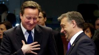 Brüsszel, 2012. január 30.Az Európai Tanács által közreadott felvételen Zoran MILANOVIC horvát, David CAMERON brit és ORBÁN Viktor magyar miniszterelnök (b-j) beszélget az Európai Unió tagországai állam- és kormányfői találkozójának megkezdése előtt a belga fővárosban, Brüsszelben. A csúcsértekezlet középpontjában a gazdasági növekedés és a munkahelyteremtés áll. (MTI/Európai Tanács)