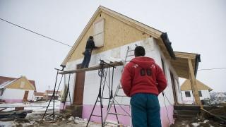 Ócsa, 2013. január 15.Építőmunkások dolgoznak az ócsai szociális családiház-építési program építkezésén 2013. január 15-én. Éjféltől nyújthatják be pályázatukat az érdeklődők a bajba jutott devizahiteles családok számára épülő lakópark házainak bérleti jogára.MTI Fotó: Koszticsák Szilárd