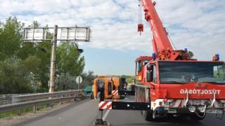 Oldalára borult egy betonelemeket szállító kamion az M0-son az M1-esnél