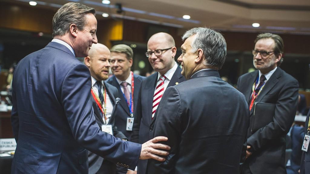Brüsszel, 2016. február 18.A Miniszterelnöki Sajtóiroda által közreadott képen David Cameron brit (b), Bohuslav Sobotka cseh (j3) és Orbán Viktor magyar miniszterelnök (j2) az EU-tagországok állam- és kormányfőinek kétnapos csúcstalálkozóján Brüsszelben 2016. február 18-án.MTI Fotó: Miniszterelnöki Sajtóiroda/Szecsődi Balázs