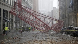 New York, 2016. február 5. Egy összeroskadt daru egyik darabja Manhattanben 2016. február 5-én, háttérben New York-i tûzoltók. Az incidens okáról és áldozatokról egyelõre nem nyilatkoztak a hatóságok. (MTI/EPA/Jason Szenes)