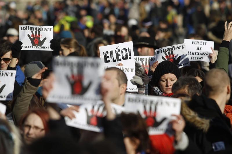 Budapest, 2016. február 20.Az állatkínzás ellen tüntetnek civilek Budapesten 2016. február 20-án. A több mint száz állatvédő szervezet és több ezer ember a Nyugati térről vonult át a Parlament elé, ahol a demonstráció végén a szervezők átnyújtják az Országgyűlés mezőgazdasági bizottsága képviselőjének azt a törvénymódosító javaslatot, amely az állatkínzás büntetésének szigorítását tartalmazza.MTI Fotó: Szigetváry Zsolt