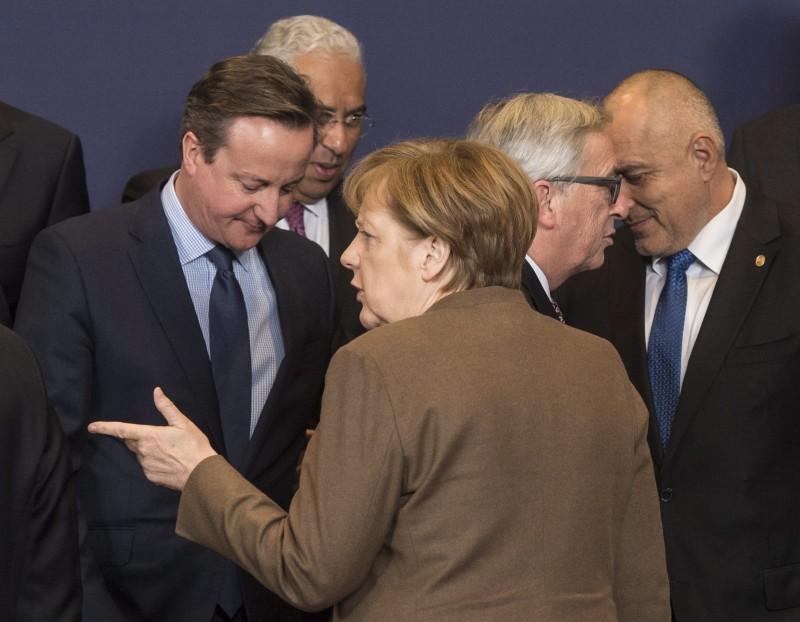 Brüsszel, 2016. február 18. Angela Merkel német kancellár (háttal) és David Cameron brit kormányfõ (b) beszélget az EU-tagországok állam- és kormányfõi kétnapos csúcstalálkozójának kezdetén Brüsszelben 2016. február 18-án. (MTI/EPA/Stephanie Lecocq)