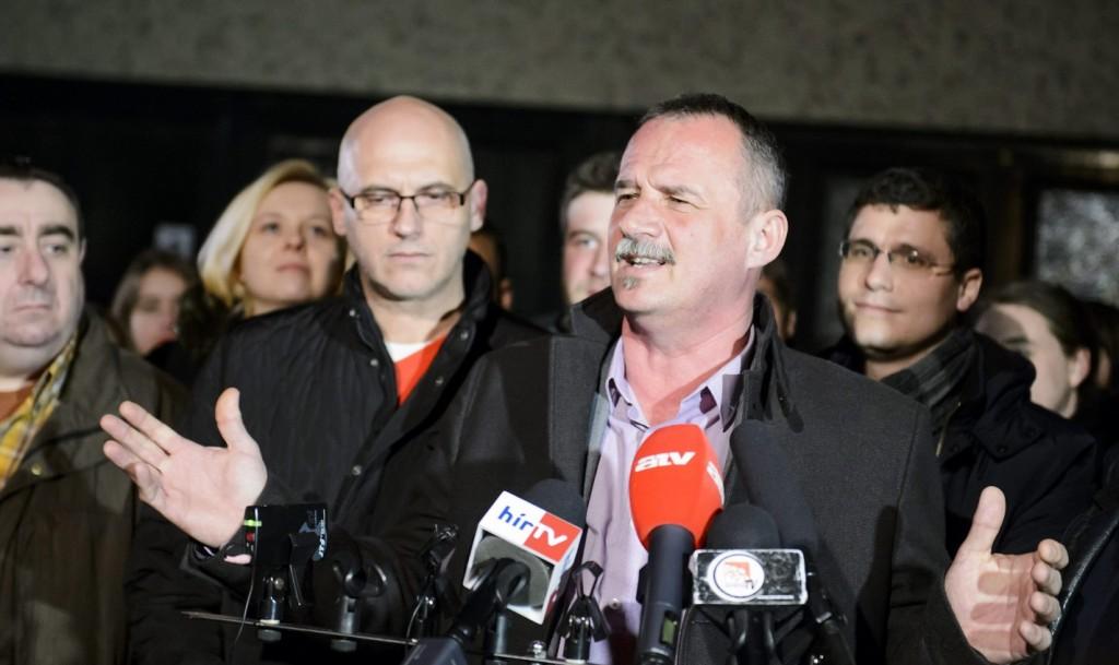 Salgótarján, 2016. február 28. Fekete Zsolt, az MSZP, a Demokratikus Koalíció, és a Tarjáni Városlakó Egyesület polgármesterjelöltje (j) sajtótájékoztatót tart a Magyar Szocialista Párt (MSZP) irodájánál Salgótarjánban 2016. február 28-án, miután a még nem hivatalos végeredmény alapján megnyerte az idõközi polgármester-választást. A választást Dóra Ottó szocialista polgármester halála miatt tartották. Balról Lukács Zoltán, az MSZP alelnöke (b) és Tóbiás József, a párt elnöke. MTI Fotó: Komka Péter