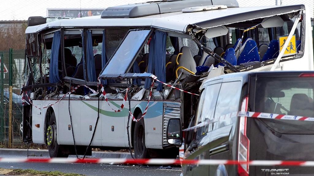 Rochefort, 2016. február 11.Egy iskolabusz roncsa a nyugat-franciaországi Rochefort településnél 2016. február 11-én, miután ráesett egy fémdarab egy mellette elhaladó, építési törmeléket szállító teherjárműről. A balesetben hat középiskolás fiatal meghalt, három ember pedig megsérült. (MTI/EPA/Caroline Blumberg)