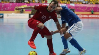 BANGKOK, THAILAND - NOVEMBER 14:  Ricardinho #10 of Portugal contests the ball with Humberto Honorio #6 of Italy during the FIFA Futsal World Cup, Quarter-Final match between Portugal and Italy at Nimibutr Stadium on November 14, 2012 in Bangkok, Thailand.  (Photo by Chris McGrath - FIFA/FIFA via Getty Images)