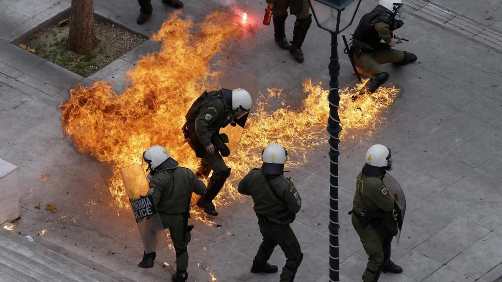 Athén, 2016. február 4. Rohamrendõrök közvetlen közelében robbanó Molotov-koktél a kommunista Összgörög Szakszervezetek Frontjának (PAME) a görög kormány megszorító intézkedései elleni tüntetésen Athénban 2016. február 4-én, a legnagyobb görög szakszervezeti szövetség, a GSEE és a görög közalkalmazottakat tömörítõ szakszervezeti szövetség, az Adedy felhívására kezdõdött 24 órás általános sztrájk idején. (MTI/AP/Thanászisz Sztavrakisz)