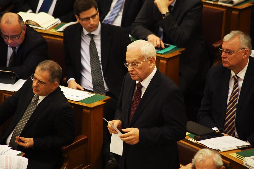 Harrach saját törvényjavaslattal ad állami földeket az egyesületnek, ahol ő az alelnök
