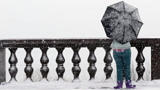 Moszkva, 2016. február 3.Egy esernyőt tartó nő áll a sűrű hóesésben a moszkvai Vorobjov-hegy kilátóján 2016. február 2-án. (MTI/EPA/Jurij Kocsetkov)