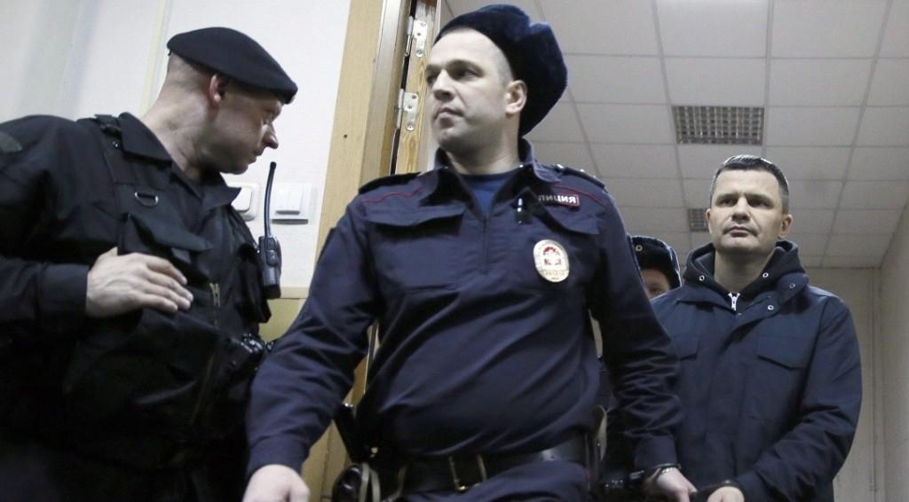 Moszkva, 2016. február 19. Dmitrij Kamenyscsikot, a moszkvai Domogyedovo repülõtér tulajdonosát (j) kísérik rendõrök egy moszkvai kerületi bíróságon 2016. február 19-én. A vád szerint Kamenysik olyan biztonsági követelményeket szegett meg, amelyek közrejátszhattak a repülõtéren 2011-ben történt merényletben. A bíróság két hónapra, vagyis április 18-ig helyezte házi õrizetbe a repülõtér tulajdonosát. (MTI/EPA/Szergej Ilnyickij)