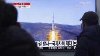 """Szöul, 2016. február 3. Dél-koreaiak néznek egy híradóban vetített archív észak-koreai rakétafellövésrõl szóló tudósítást a szöuli pályaudvaron 2016. február 3-án, egy nappal azután, hogy a kommunista vezetésû Észak-Korea bejelentette """"mûhold felbocsátási"""" szándékát, de Washingtonban, Tokióban és Szöulban azonban biztosak abban, hogy ballisztikus rakéta kilövésére készülnek. (MTI/AP/Ahn Jang Dzsun)"""