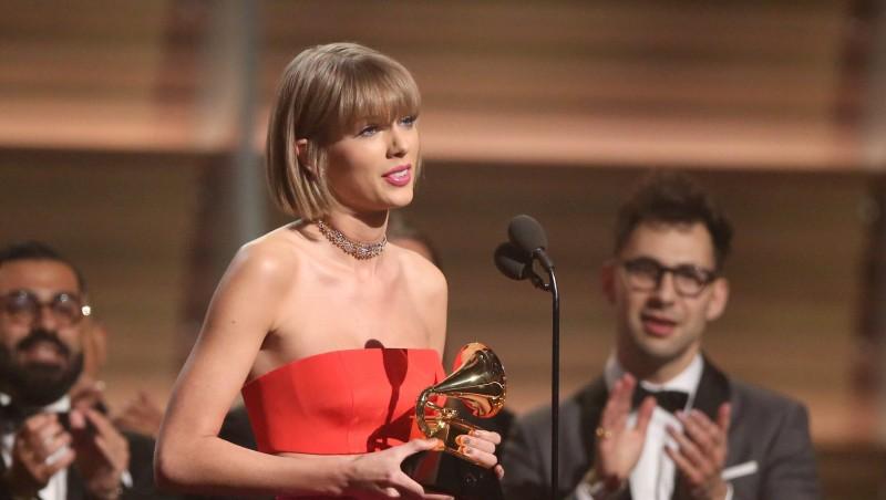 Los Angeles, 2016. február 16. Taylor Swift amerikai énekesnõ-dalszerzõ a színpadon, miután 1989 címû lemezéért átvette az év albuma kategóriájának gramofonszobrocskáját a Grammy-díjak 58. átadási ünnepségén a Los Angeles-i Staples Centerben 2016. február 15-én. (MTI/AP/Invision/Matt Sayles)