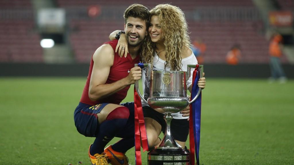 Barcelona, 2015. május 31. Gerard Piqué, a spanyol Barcelona védõje és barátnõje, Shakira kolumbiai énekesnõ a bajnoki trófeával, miután csapatával 3-1-re legyõzték az Athletic Bilbaót a spanyol labdarúgó Királyi Kupa döntõjében 2015. május 30-án a barcelonai Camp Nou stadionban. (MTI/EPA/Andreu Dalmau)