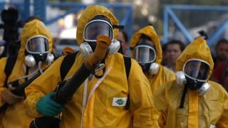 Rio de Janeiro, 2016. január 26. Védõruhás dolgozók a Zika-vírust terjesztõ tigrisszúnyogok elleni irtószert permetezik a 2016-os nyári olimpiai játékok íjászversenyeinek és a hagyományos riói karneválnak otthont adó Rio de Janeiró-i szambastadionban 2016. január 26-án, a karnevál kezdete elõtt tíz nappal. (MTI/EPA/Marecelo Sayao)