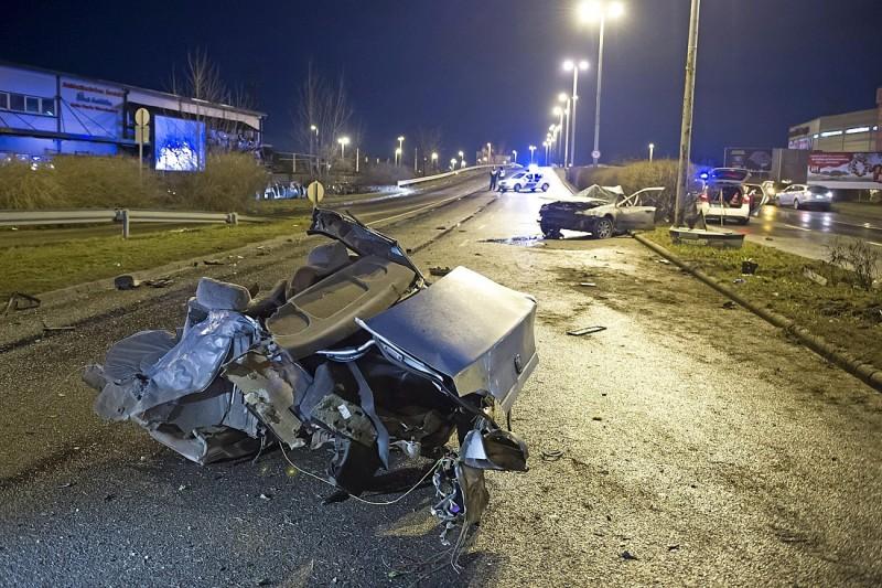 Budapest, 2016. február 22. Lámpaoszlopnak ütközött, majd kettészakadt személygépkocsi roncsa az M5 autópálya fõvárosi szakaszán 2016. február 22-ére virradó éjjel. A balesetben az autó vezetõje megsérült. MTI Fotó: Lakatos Péter