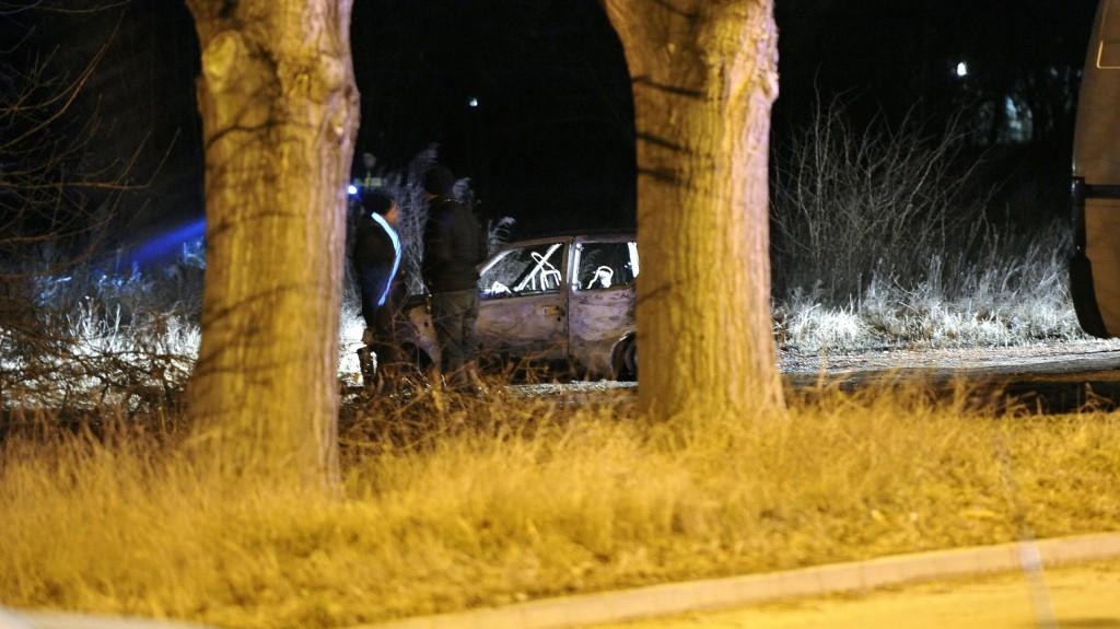 Budapest, 2016. február 5. Kiégett személygépkocsi a XV. kerületi Késmárk utcában 2016. február 5-én. A katasztrófavédelem munkatársai két megégett holttestet találtak a jármûben. MTI Fotó: Mihádák Zoltán