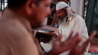 ISLAMABAD, PAKISTAN - OCTOBER 17: A Pakistani man reads Quran, Islam's Holy Book, at Bari Imam shrine in Islamabad, Pakistan on October 17, 2015. Metin Aktas / Anadolu Agency